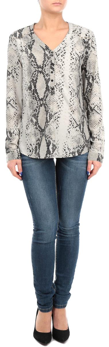 Блузка женская. F23-700-409F23-700-409 imprimeСтильная женская блуза Broadway, выполненная из эластичного полиэстера, подчеркнет ваш уникальный стиль и поможет создать оригинальный женственный образ. Блузка свободного кроя с длинными рукавами и V-образным вырезом горловины оформлена оригинальным принтом под змею, а также украшена металлическими заклепками в виде шипов на плечах. Блузка застегивается на пуговицы спереди, манжеты рукавов также дополнены пуговицами. Легкая блуза идеально подойдет для жарких летних дней. Такая блузка будет дарить вам комфорт в течение всего дня и послужит замечательным дополнением к вашему гардеробу.