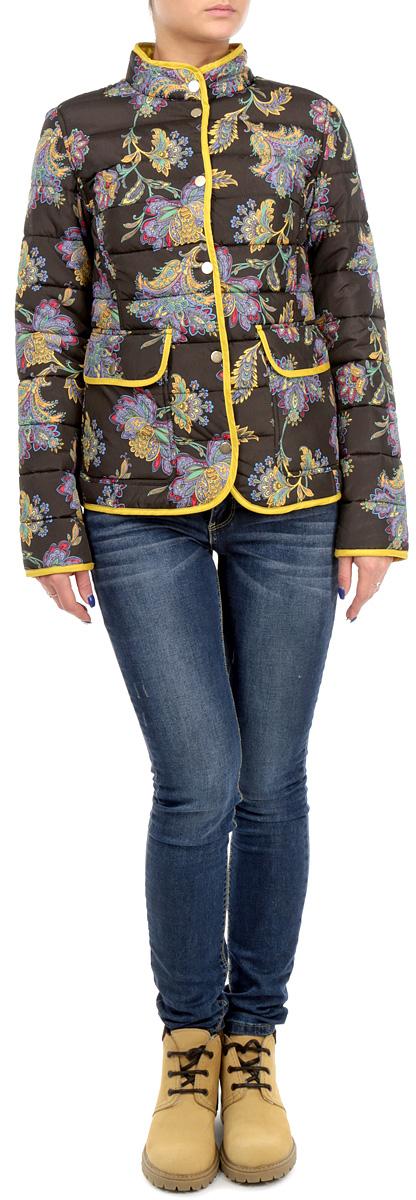 B035505/B035605_DARK NAVY PRINTEDСтильная женская куртка Baon, выполненная из 100%-го полиэстера, отлично подойдет для прохладной погоды. Модель приталенного силуэта с воротником-стойкой и длинными рукавами застегивается на металлические кнопки по всей длине. Спереди модель дополнена двумя нашивными карманами с клапанами на кнопках. Изделие декорировано ярким цветочным принтом. Эта модная куртка послужит отличным дополнением к вашему гардеробу.