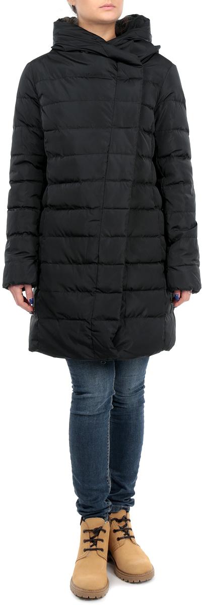 ПальтоCed-126/597-5484DЭлегантное женское стеганое пальто силуэта кокон Sela подчеркнет вашу индивидуальность. Пальто изготовлено из водоотталкивающей и ветрозащитной ткани и утеплено пухом и пером. Модель прямого кроя с объемным отложным воротником застегивается на металлическую застежку-молнию и дополнительно имеет ветрозащитный клапан на кнопках. Спереди пальто дополнено двумя прорезными карманами. Имеется внутренний прорезной кармашек на потайной застежке-молнии. Рукава стянуты эластичной резинкой, обеспечивая дополнительную защиту от ветра. Подчеркните свой изысканный вкус этим превосходным пальто.