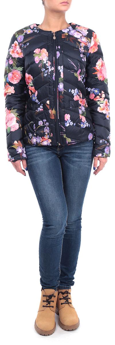 B015521_DARK NAVY PRINTEDСтильная женская куртка Baon, выполненная из высококачественных материалов, обеспечит максимальный комфорт при различных погодных условиях. Изделие приталенного силуэта с круглым вырезом горловины и длинными рукавами застегивается на пластиковую застежку-молнию по всей длине. Спереди модель дополнена двумя прорезными карманами. Модель оформлена эффектной стежкой и ярким цветочным фотопринтом. Эта яркая куртка послужит отличным дополнением к вашему гардеробу!