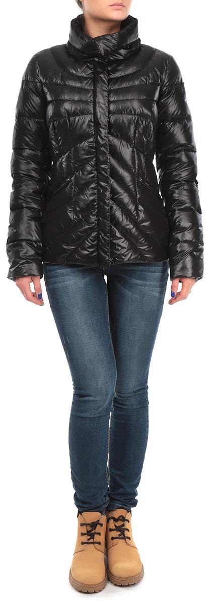 КурткаB015516_BLACKСтильная женская куртка Baon, выполненная из высококачественных материалов, обеспечит максимальный комфорт при различных погодных условиях. Изделие приталенного силуэта с высоким воротником-стойкой и длинными рукавами застегивается на пластиковую застежку-молнию и дополнительно ветрозащитным клапаном на металлические кнопки. Спереди модель дополнена двумя прорезными карманами на молнии. Модель оформлена эффектной стежкой. Эта яркая куртка послужит отличным дополнением к вашему гардеробу!