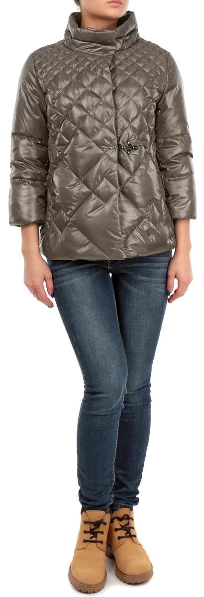 КурткаB015515_BLACKСтильная женская куртка Baon отлично подойдет для прохладной погоды. Модель приталенного силуэта с воротником-стойкой и рукавами 3/4 застегивается на застежку-молнию по всей длине и дополнительно ветрозащитным клапаном на металлические кнопки. Над линией талии изделие декорировано металлическим крючком. По бокам модель дополнена двумя втачными карманами на молнии. Эта модная стеганная куртка послужит отличным дополнением к вашему гардеробу.