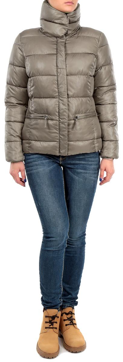 B035555_PEARLСтильная женская куртка Baon, отлично подойдет для прохладной погоды. Модель приталенного силуэта с воротником-стойкой и длинными рукавами застегивается на застежку-молнию по всей длине и дополнительно ветрозащитным клапаном на металлические кнопки. Манжеты изделия дополнены эластичными резинками, препятствующими проникновению холодного воздуха. Спереди модель дополнена двумя прорезными карманами на молнии. Эта модная куртка послужит отличным дополнением к вашему гардеробу.