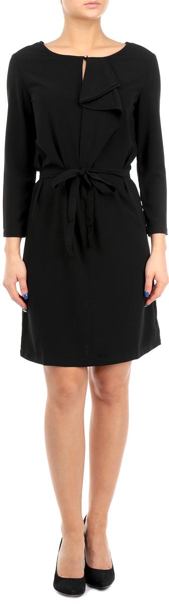 Платье. B455526B455526Женское платье Baon - отличный вариант для любого гардероба. Эта модель выручит вас и на свидании, и в деловой обстановке. Платье выполнено из полиэстера с добавлением эластана. Рукава имеют длину 3/4. Круглый вырез горловины оформлен небольшим разрезом, который можно застегнуть на пуговицу золотистого цвета. Модель украшена сборкой-волан, расположенной от горловины до груди. Приталенный силуэт создается при помощи небольшой эластичной вставки на спине и завязывающегося пояса. Идеальный вариант для создания эффектного образа.