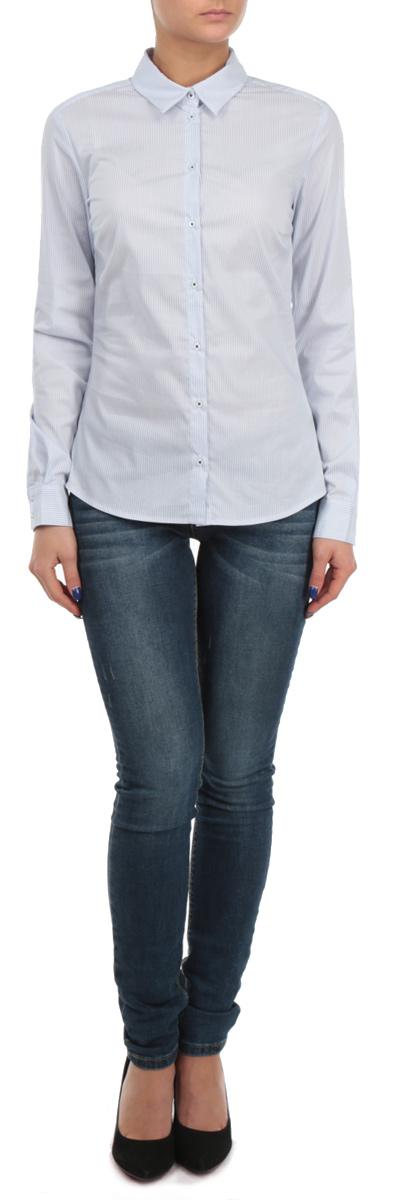 B175702Великолепная женская рубашка Baon, выполненная из высококачественного материала, очень комфортна при носке. Материал отлично тянется, что обеспечивает идеальную посадку по фигуре. Модель приталенного кроя с полукруглым низом, длинными рукавами и отложным воротничком застегивается на пуговицы. Манжеты рукавов также застегиваются на пуговицы. Рубашка оформлена принтом в тонкую полоску. Отлично сидящая по фигуре рубашка - идеальная основа для создания делового образа.