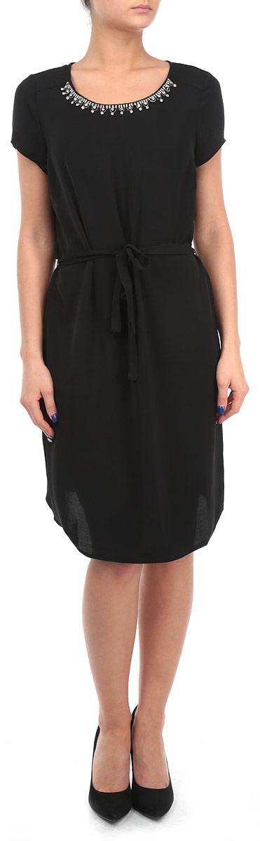 Платье. 1015214310152143 347Эффектное платье-миди в романтическом стиле Broadway идеально впишется в ваш гардероб. Модель прямого свободного силуэта с круглым вырезом горловины и короткими рукавами, изготовлена из полиэстера. Модель с текстильным поясом, фиксированным на тонких шлевках. Горловина модели оформлена кантом и декорирована контрастными стразами. Отличный вариант для свидания и встречи с друзьями.