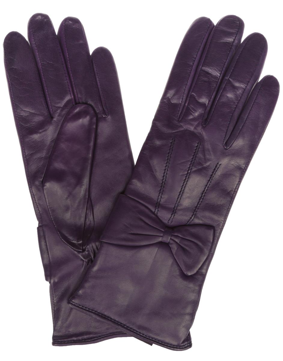 ПерчаткиIS456Элегантные женские перчатки Eleganzza станут великолепным дополнением вашего образа и защитят ваши руки от холода и ветра во время прогулок. Перчатки выполнены из натуральной кожи и имеют подкладку из шерстяной пряжи, что позволяет им надежно сохранять тепло и обеспечивает высокую гигроскопичность. Перчатки оформлены декоративными строчками на тыльной стороне и кожаными бантами на запястьях. Такие перчатки будут оригинальным завершающим штрихом в создании современного модного образа, они подчеркнут ваш изысканный вкус и станут незаменимым и практичным аксессуаром.