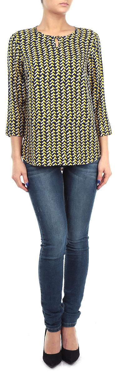 Блузка женская. W15-12028W15-12028Стильная женская блуза Finn Flare, выполненная из 100% вискозы, подчеркнет ваш уникальный стиль и поможет создать оригинальный женственный образ. Блузка с рукавами 3/4 и круглым вырезом горловины застегивается на пуговицу спереди. Модель оформлена оригинальным контрастным принтом. Легкая блуза идеально подойдет для жарких летних дней. Такая блузка будет дарить вам комфорт в течение всего дня и послужит замечательным дополнением к вашему гардеробу.