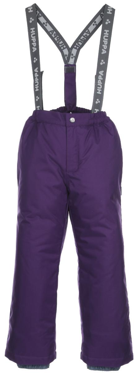 Брюки детские Freja. 2170AW012170AW01_063Теплые детские брюки Huppa Freja идеально подойдут для ребенка в холодное время года. Брюки изготовлены из водоотталкивающей и ветрозащитной ткани с утеплителем из HuppaTherm - 100% полиэстера. HuppaTherm - высокотехнологичный легкий синтетический утеплитель нового поколения. Уникальная структура микроволокон не позволяет проникнуть холодному воздуху, в то же время, удерживая теплый между волокнами, обеспечивая высокую теплоизоляцию изделия. Полиуретан с микропорами препятствует прохождению воды и ветра сквозь ткань внутрь изделия, в то же время, позволяя испаряться выделяемой телом влаге. Для максимальной влагонепроницаемости изделия, основные швы проклеены водостойкой лентой. Сплетения волокон в тканях выполнены по специальной технологии, которая придает ткани прочность и предохраняет от истирания. Брюки на талии застегиваются на кнопку и ширинку на застежке-молнии, и имеют съемные эластичные наплечные лямки, регулируемые по длине. На талии предусмотрена...