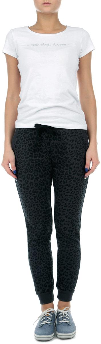 60101994 808Стильные женские спортивные брюки Broadway станут модным дополнением к вашему гардеробу. Они отлично подойдут для отдыха и занятия спортом. Модель прямого кроя и средней посадки изготовлена из высококачественного хлопка с добавлением полиэстера, благодаря чему великолепно пропускает воздух и обладает высокой гигроскопичностью. Брюки дополнены широкой эластичной резинкой на поясе. Объем талии регулируется при помощи шнурка-кулиски. Брюки оснащены двумя втачными карманами спереди и двумя накладными карманами сзади. Изделие оформлено принтом в виде пятен леопарда. Эти модные и в тоже время удобные брюки - настоящее воплощение комфорта. В них вы всегда будете чувствовать себя уверенно и уютно.