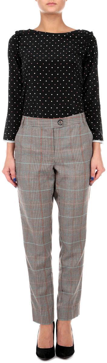 Брюки женские. 1015024510150245 740Стильные женские брюки Broadway, выполненные из материала высочайшего качества, позволят вам создать неповторимый, запоминающийся образ. Модель прямого кроя имеет классическую посадку и застегиваются на молнию и пуговицу, на поясе имеются шлевки для ремня. Изделие дополнено двумя втачными карманами спереди. Зауженные книзу брюки декорированы имитацией карманов сзади и оформлены актуальным принтом в клетку. Эти модные брюки послужат отличным дополнением к вашему гардеробу. В них вы всегда будете чувствовать себя уверенно и удобно.