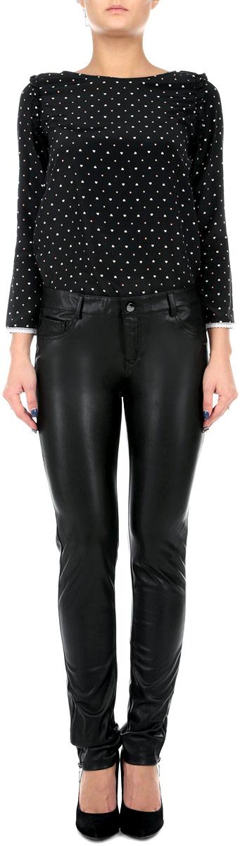Брюки женские. SPACOGAPUSPACOGAPU HH/BLK001Стильные и оригинальные женские брюки Tally Weijl, выполненные из материала высочайшего качества, позволят вам создать неповторимый, запоминающийся образ. Модель прямого кроя имеет классическую посадку и застегиваются на молнию и пуговицу, на поясе имеются шлевки для ремня. Изделие дополнено двумя накладными карманами сзади и одним маленьким кармашком спереди. Зауженные брюки оформлены имитацией карманов спереди, штанины снизу дополнены застежками-молниями. Эти модные брюки послужат отличным дополнением к вашему гардеробу. В них вы всегда будете чувствовать себя уверенно и удобно.