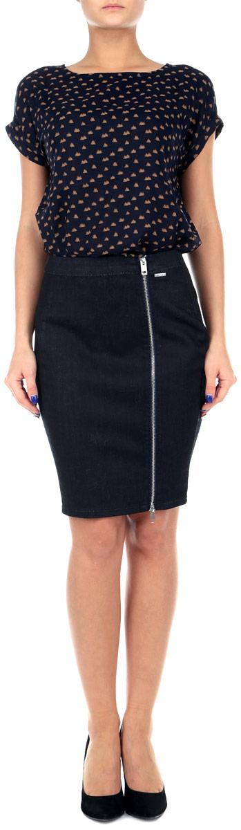 Юбка00SM5P-0EALB/01Оригинальная джинсовая юбка-карандаш Diesel выполнена из высококачественного материала, она обеспечит вам комфорт и удобство при носке. Юбка застегивается на крупную застежку-молнию спереди, выполненную из серебристого металла. Стильная юбка-карандаш выгодно освежит и разнообразит любой гардероб. Создайте женственный образ и подчеркните свою яркую индивидуальность! Классический фасон и оригинальное оформление этой юбки сделают ваш образ непревзойденным.