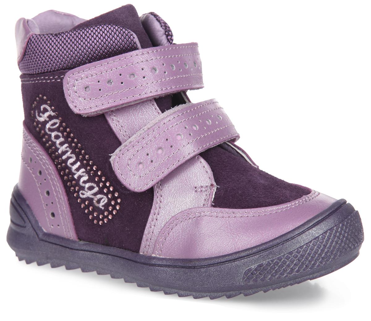 Ботинки для девочки. 52-XB12652-XB126Комфортные, стильные ботинки Flamingo придутся по душе вашей дочурке! Модель изготовлена из искусственной кожи со вставками из замши. Подкладка и стелька, исполненные из шерстяной байки, согреют ножки в холодную погоду. Обувь оформлена декоративной перфорацией на застежках и в области пятки. Ремешки с застежками-липучками, расположенные на подъеме, надежно зафиксируют модель на ноге. Уплотненная часть на заднике защищает детскую стопу от ударов при ходьбе. Кант дополнен вставкой из текстиля. Сбоку изделие украшено декоративной вышивкой в виде логотипа бренда, инкрустированной стразами. Ботинки застегиваются на застежку-молнию, расположенную на одной из боковых сторон. Подошва с протектором гарантирует идеальное сцепление на любой поверхности. Модные ботинки займут достойное место в гардеробе вашего ребенка.