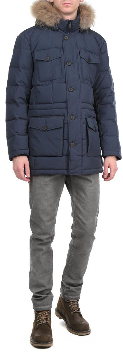 W15-21008Стильная и удлиненная куртка Finn Flare подчеркнет креативность вашего вкуса. Модель прямого кроя с отстегивающимся капюшоном застегивается на застежку-молнию и дополнительно ветрозащитным клапаном на кнопки и пуговицы. Капюшон дополнен съемной опушкой из натурального меха енота. Утеплитель - пух и перо. Рукава оформлены эластичными, трикотажными манжетами. Куртка дополнена четырьмя боковыми карманами, два из которых с клапанами на пуговицах. Также есть два нагрудных кармана с клапанами на пуговицах. Внутри куртка дополнена двумя потайными карманами, один с клапаном на пуговице, другой на застежке-молнии. Внутри модель на талии дополнена эластичной, затягивающейся кулиской. Эта модная куртка послужит отличным дополнением к вашему гардеробу.