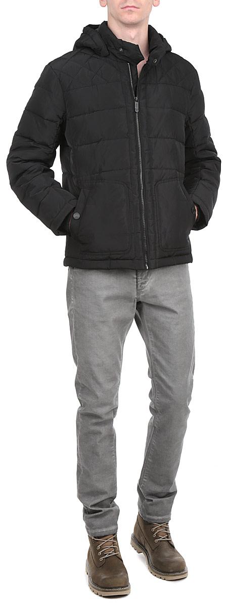 Куртка мужская. W15-42002W15-42002Стильная, молодежная куртка Finn Flare подчеркнет креативность вашего вкуса и отлично подойдет для прохладной погоды. Модель прямого кроя с отстегивающимся капюшоном застегивается на застежку-молнию, воротник дополнительно застегивается на кнопку. Утеплитель - пух и перо. Куртка дополнена двумя боковыми карманами на кнопках. Модель дополнена внутренним накладным карманом на липучке. Эта модная куртка послужит отличным дополнением к вашему гардеробу.