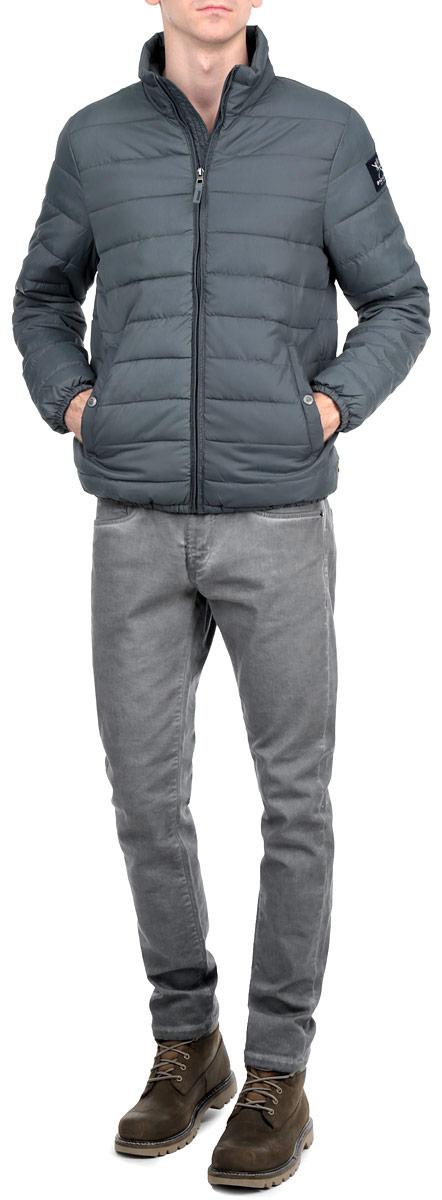 Куртка10153078_557Стильная мужская куртка Broadway отлично подойдет для прохладной погоды. Модель прямого кроя с воротником-стойкой застегивается на застежку- молнию. Куртка оформлена стеганой отстрочкой и дополнена двумя боковыми карманами на застежках-кнопках. Внутри - прорезной карман на липучке. Рукав дополнен нашивкой с логотипом производителя. Манжеты рукавов и низ изделия стянуты резинкой, что препятствует проникновению холодного воздуха. Куртка Broadway послужит отличным дополнением к вашему гардеробу.
