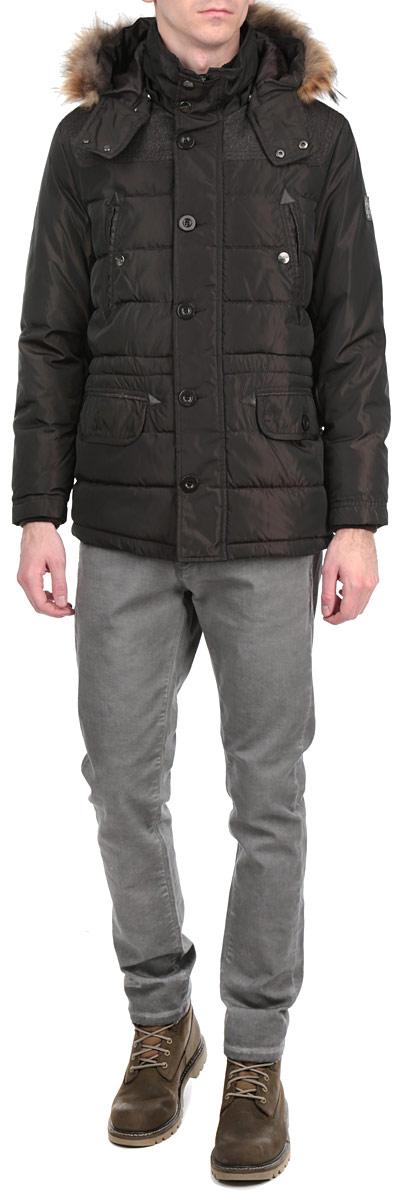 Куртка мужская. 16689 923416689 9234 B148Стильная и удлиненная куртка WPM подчеркнет креативность вашего вкуса и отлично подойдет для прохладной погоды. Модель прямого кроя с отстегивающимся капюшоном застегивается на застежку-молнию и дополнительно ветрозащитным клапаном на кнопки и пуговицы. Капюшон дополнен съемной меховой опушкой. Утеплитель - синтепон. Рукава и ворот оформлены эластичными, трикотажными манжетами. Куртка дополнена двумя боковыми карманами с клапанами на пуговицах. Также есть два нагрудных кармана на кнопках. Внутри куртка дополнена потайным кармашком на застежке-молнии. Внутри модель на талии дополнена эластичной, затягивающейся кулиской. Эта модная куртка послужит отличным дополнением к вашему гардеробу.