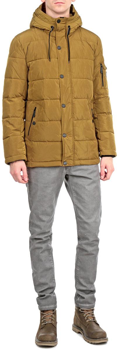 Куртка мужская. W15-42004W15-42004Стильная, яркая и удлиненная куртка Finn Flare подчеркнет креативность вашего вкуса. Модель прямого кроя с не отстегивающимся капюшоном застегивается на застежку-молнию и дополнительно ветрозащитным клапаном на кнопки. Утеплитель - синтепон. Рукава оформлены эластичными, трикотажными манжетами. Куртка дополнена четырьмя боковыми карманами, два из которых на кнопках, а два на застежках-молниях. На рукаве - не большой карман на застежке-молнии и не большой накладной кармашек с клапаном на кнопке. Внутри куртка дополнена двумя потайными карманами, один с клапаном на пуговице, другой на застежке-молнии. Внизу модель дополнена эластичной, затягивающейся кулиской. Эта модная куртка послужит отличным дополнением к вашему гардеробу.