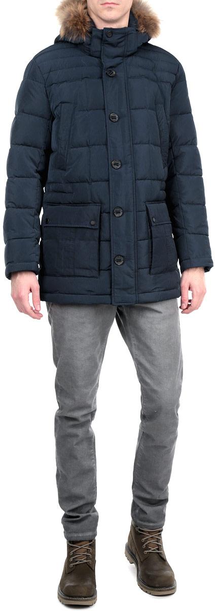 Куртка мужская. A15-21017A15-21017 101Стильная и удлиненная куртка Finn Flare подчеркнет креативность вашего вкуса. Модель прямого кроя с отстегивающимся капюшоном застегивается на застежку-молнию и дополнительно ветрозащитным клапаном на кнопки и пуговицы. Капюшон дополнен съемной опушкой из натурального меха енота. Утеплитель - пух и перо. Рукава оформлены эластичными, трикотажными манжетами. Куртка дополнена четырьмя боковыми карманами, два из которых с клапанами на кнопках. Также есть два нагрудных кармана на кнопках. Внутри куртка дополнена двумя потайными карманами, один с клапаном на пуговице, другой на застежке-молнии. Внутри модель на талии дополнена эластичной, затягивающейся кулиской. Эта модная куртка послужит отличным дополнением к вашему гардеробу.