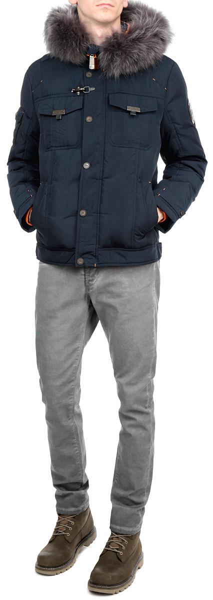 КурткаW15-22016Стильная мужская куртка Finn Flare подчеркнет креативность вашего вкуса. Модель прямого кроя с не отстегивающимся капюшоном застегивается на застежку-молнию и дополнительно ветрозащитным клапаном на кнопки. Капюшон дополнен съемной опушкой из натурального крашеного меха енота. Утеплитель - пух и перо. Рукава оформлены эластичными, трикотажными манжетами. Куртка дополнена двумя боковыми карманами на кнопках. На груди также есть два кармана с клапанами на кнопках. Один рукав оформлен текстильной нашивкой, другой рукав - не большим накладным кармашком с клапаном на кнопке. Внутри куртка дополнена двумя потайными карманами, один на пуговице, другой на застежке-молнии. Эта модная куртка послужит отличным дополнением к вашему гардеробу.