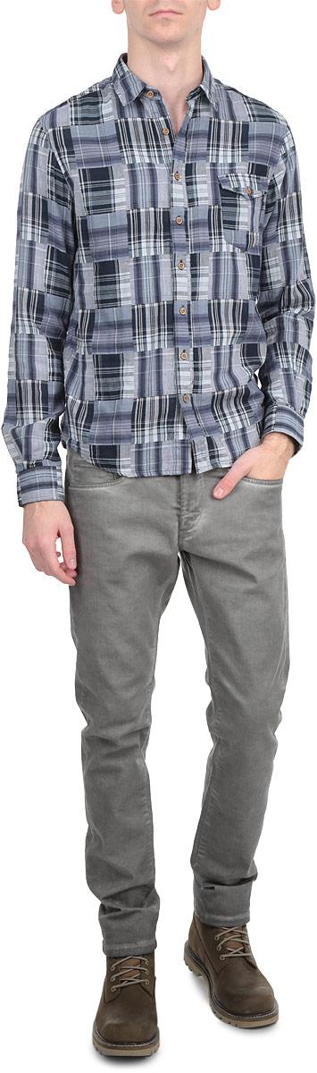 Рубашка мужская. 6130711 19916130711 1991 INSIGNIA BСтильная мужская рубашка Solid станет прекрасным дополнением к вашему гардеробу. Она выполнена из натурального хлопка, обладает высокой теплопроводностью, воздухопроницаемостью и гигроскопичностью, позволяет коже дышать, тем самым обеспечивая наибольший комфорт. Модель с длинными рукавами и отложным воротником застегивается на пуговицы. Рукава дополнены удобными манжетами на пуговицах. На груди расположен накладной карман с клапаном на пуговице. Изделие оформлено принтом в клетку. Низ имеет закругленную форму. Такая рубашка будет дарить вам комфорт в течение всего дня.
