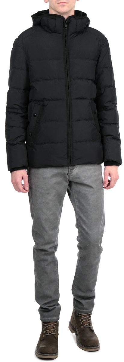 Куртка мужская. 3522279.00.103522279.00.10_2999Стильная мужская куртка Tom Tailor, выполненная из высококачественных материалов, обеспечит максимальный комфорт при различных погодных условиях. Изделие с воротником-стойкой и длинными рукавами застегивается на пластиковую застежку-молнию по всей длине. Спереди модель дополнена двумя втачными карманами на металлических кнопках. На внутренней стороне модель дополнена одним втачным карманом на кнопке.Рукава изделия дополнены текстильными манжетами, препятствующими проникновению холодного воздуха. Съемный капюшон выполнен с подкладкой из флиса. Эта стильная куртка послужит отличным дополнением к вашему гардеробу!