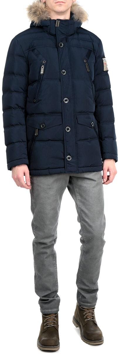 Куртка мужская. A15-22005A15-22005 601Стильная и удлиненная куртка Finn Flare подчеркнет креативность вашего вкуса. Модель прямого кроя с отстегивающимся капюшоном застегивается на застежку-молнию и дополнительно ветрозащитным клапаном на кнопки и пуговицы. Капюшон дополнен съемной меховой опушкой из енота. Утеплитель - пух и перо. Куртка дополнена четырьмя боковыми карманами, два из которых на застежках-молниях и два с клапанами на пуговицах. Также есть два нагрудных кармана на застежках-молниях. Рукав оформлен текстильной нашивкой. Внутри куртка дополнена тремя потайными карманами, один на липучке, другой на пуговице и третий на застежке-молнии. Модель внутри на талии дополнена эластичной, затягивающейся кулиской. Эта модная куртка послужит отличным дополнением к вашему гардеробу.
