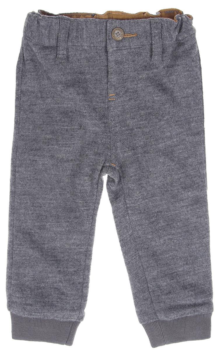 Брюки9024132Модные утепленные брюки для мальчика Chicco My First прекрасно подойдут вашему ребенку и станут отличным дополнением к детскому гардеробу. Изготовленные из высококачественного материала на хлопковой подкладке, они мягкие и приятные на ощупь, не сковывают движения и позволяют коже дышать, не раздражают нежную кожу ребенка, обеспечивая ему наибольший комфорт. Брюки на талии застегиваются на металлическую пуговичку, также имеются шлевки для ремня и имитация ширинки. Низ брючин дополнен широкими трикотажными манжетами. Сзади предусмотрена имитация прорезного кармашка. В таких брюках ваш маленький мужчина будет чувствовать себя комфортно, уютно и всегда будет в центре внимания!