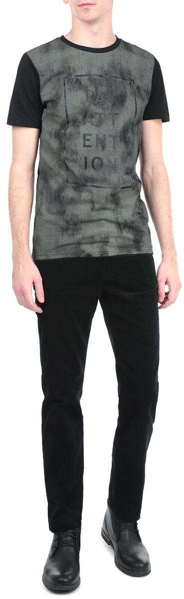 Брюки мужские. A15-21046A15-21046 200Стильные мужские брюки Finn Flare, выполненные из натурального хлопка высочайшего качества с вельветовой фактурой, необычайно мягкие и приятные на ощупь, не сковывают движения, обеспечивая наибольший комфорт. Брюки классического кроя и средней посадки застегиваются на пуговицу в поясе и ширинку на молнии, имеются шлевки для ремня. Спереди модель оформлена двумя врезными карманами с косыми срезами, а сзади - двумя прорезными карманами с клапаном на пуговице. Эти модные и в тоже время комфортные брюки послужат отличным дополнением к вашему гардеробу.