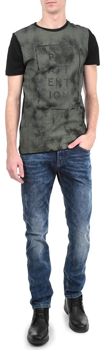Джинсы мужские. 6203533.00.126203533.00.12_1070Стильные мужские джинсы Tom Tailor Denim - джинсы высочайшего качества на каждый день, которые прекрасно сидят. Модель зауженного к низу кроя и средней посадки изготовлена из высококачественного материала. Застегиваются джинсы на пуговицу в поясе и ширинку на молнии, имеются шлевки для ремня. Спереди модель оформлены двумя втачными карманами и одним небольшим секретным кармашком, а сзади - двумя накладными карманами. Джинсы оформлены металлическими клепками, эффектом потертости и перманентными складками. Эти модные и в тоже время комфортные джинсы послужат отличным дополнением к вашему гардеробу. В них вы всегда будете чувствовать себя уютно и комфортно.