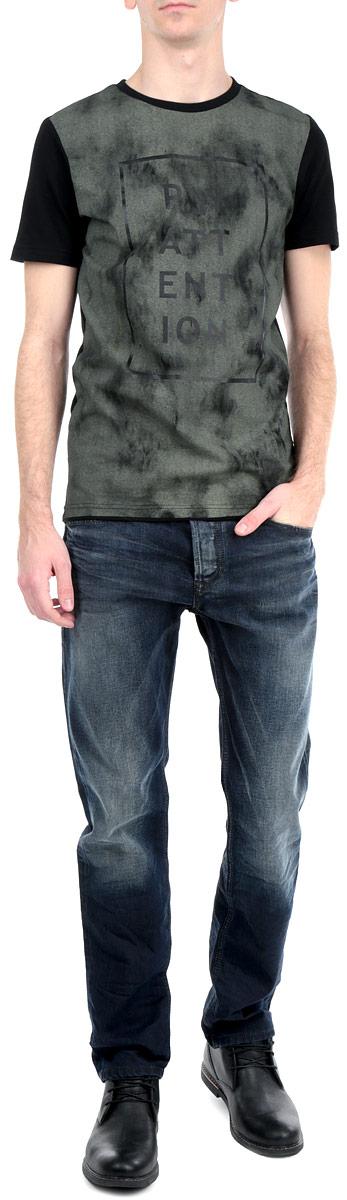 Джинсы мужские. 00S11B-0845A00S11B-0845A/01Стильные мужские джинсы Diesel - джинсы высочайшего качества на каждый день, которые прекрасно сидят. Модель прямого кроя и средней посадки изготовлена из высококачественного материала. Застегиваются джинсы на пуговицу в поясе и ширинку на металлические пуговицы, имеются шлевки для ремня. Спереди модель оформлены двумя втачными карманами и одним небольшим секретным кармашком, а сзади - двумя накладными карманами. Джинсы оформлены металлическими клепками, эффектом потертости и перманентными складками. Эти модные и в тоже время комфортные джинсы послужат отличным дополнением к вашему гардеробу. В них вы всегда будете чувствовать себя уютно и комфортно.