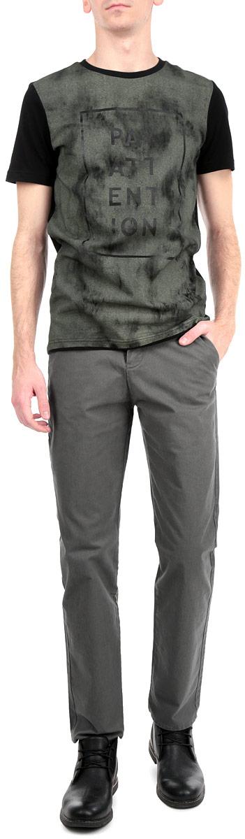 Брюки мужские. T M1002.03T M1002.03Стильные мужские брюки Tom Farr, выполненные из высококачественных материалов, приятные на ощупь, не сковывают движения, обеспечивая наибольший комфорт. Брюки классического кроя и средней посадки застегиваются на пуговицу в поясе и ширинку на молнии, имеются шлевки для ремня. Спереди модель оформлена двумя втачными карманами с косыми срезами и одним потайным кармашком, тыльная сторона - двумя прорезными карманами и металлическим логотипом бренда. Эти модные и в тоже время комфортные брюки послужат отличным дополнением к вашему гардеробу.