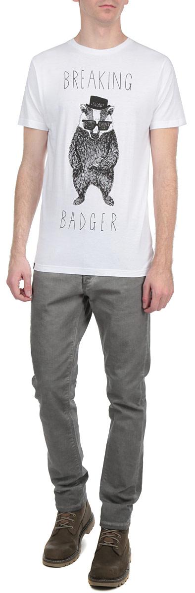 Футболка14095Симпатичная мужская футболка Dedicated Breaking Badger станет модным дополнением к вашему гардеробу. Модель изготовлена из высококачественного материала, благодаря чему великолепно пропускает воздух и обладает высокой гигроскопичностью. Футболка прямого кроя, с короткими рукавами и круглым вырезом горловины оформлена забавным принтом и надписями. Такая футболка будет отлично смотреться на вас.