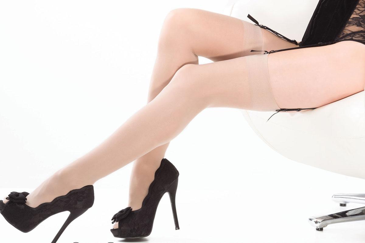 Чулки. 17061706BLKXLЖенские классические чулки Coquette Lingerie выполнены из нейлона. Элегантность граничит с чувственностью - полупрозрачные чулки с широкой резинкой выглядят лаконично и привлекательно.