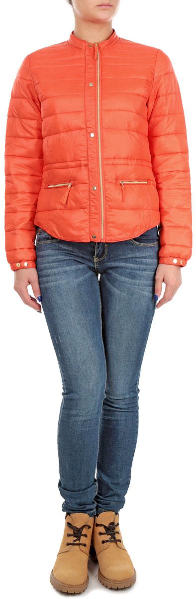 Куртка женская. SKU0606CESKU0606CEСтильная и легкая женская куртка Top Secret отлично подойдет для прохладной погоды. Модель прямого кроя с круглым воротником и длинными рукавами застегивается на металлические кнопки и дополнительно ветрозащитным клапаном на застежку-молнию. Куртка оформлена стеганой отстрочкой и дополнена двумя втачными карманами на молнии. С внутренней стороны на уровне талии куртка дополнена эластичной резинкой на стопперах. Эта модная куртка послужит отличным дополнением к вашему гардеробу.