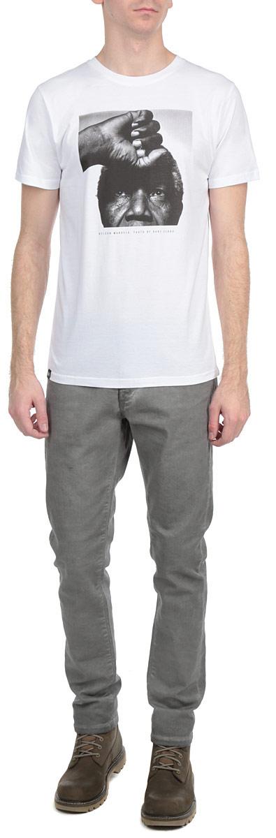 Футболка13927Симпатичная мужская футболка Dedicated Nelson станет модным дополнением к вашему гардеробу. Модель изготовлена из высококачественного материала, благодаря чему великолепно пропускает воздух и обладает высокой гигроскопичностью. Футболка прямого кроя, с короткими рукавами и круглым вырезом горловины оформлена принтом и надписями. Такая футболка будет отлично смотреться на вас.