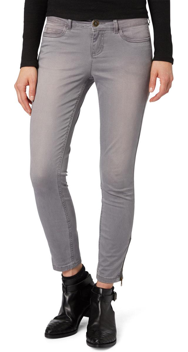 6403670.00.71_2689Стильные женские брюки Tom Tailor - это джинсы высочайшего качества, которые прекрасно сидят. Они выполнены из высококачественного эластичного хлопка, что обеспечивает комфорт и удобство при носке. Брюки скинни заниженной посадки станут отличным дополнением к вашему современному образу. Брюки застегиваются на пуговицу в поясе и ширинку на застежке-молнии, имеются шлевки для ремня. Брюки имеют классический пятикарманный крой: спереди модель оформлены двумя втачными карманами и одним маленьким накладным кармашком, а сзади - двумя накладными карманами. Брюки дополнены застежками-молниями на штанинах снизу. Эти модные и в тоже время комфортные брюки послужат отличным дополнением к вашему гардеробу.