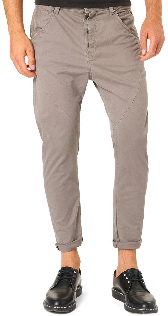 6403545.00.12_2677Стильные мужские брюки Tom Tailor Denim, выполненные из натурального хлопка с добавлением эластана, необычайно мягкие и приятные на ощупь, не сковывают движения, обеспечивая наибольший комфорт. Брюки свободного кроя и средней посадки застегиваются на пуговицу в поясе и ширинку на пуговицах, имеются шлевки для ремня. Спереди модель оформлена двумя втачными карманами с косыми срезами, а сзади - двумя нашивными карманами. Эти модные и в тоже время комфортные брюки послужат отличным дополнением к вашему гардеробу.