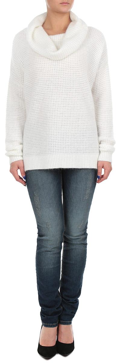 Свитер женский. B135526B135526_MILKСтильный женский свитер Bao, изготовленный из высококачественного материала, необычайно мягкий и приятный на ощупь, не сковывает движения, обеспечивая наибольший комфорт. Модель свободного кроя, с воротником-хомутом и длинными рукавами выполнена крупной фактурной вязкой. Широкие мягкие резинки на манжетах изделия препятствуют проникновению холодного воздуха. Этот модный и в тоже время комфортный свитер станет отличным дополнением вашего гардероба!
