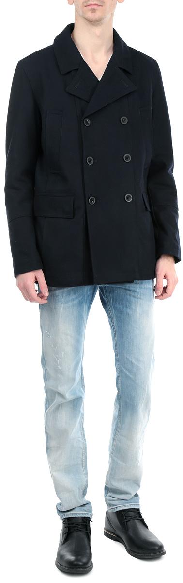 Пальто мужское. 3820752.00.103820752.00.10_6800Стильное мужское пальто Tom Tailor, выполненное из высококачественного плотного материала, рассчитано на прохладную погоду. Модель с лацканами и длинными рукавами застегивается на двубортную застежку на пуговицах. По бокам имеются два прорезных кармана на кнопках и два прорезных кармана без застежек, а с внутренней стороны имеется втачной карман на кнопке. Левый рукав на плече декорирован прорезиненным шевроном в виде фирменного логотипа бренда. В этом пальто вам будет уютно и комфортно.