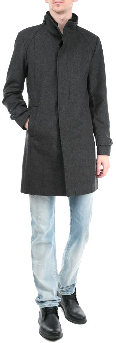 Пальто мужское. SPZ0290SZSPZ0290SZСтильное удлиненное мужское пальто Top Secret, выполненное из высококачественного плотного полушерстяного материала, рассчитано на прохладную погоду. Модель с воротником-стойкой и длинными рукавами застегивается на застежку-молнию и ветрозащитный клапан на пуговицах. Модель дополнена вторым трикотажным воротником на молнии, который при желании можно отстегнуть. По бокам имеются два прорезных кармана. Предусмотрены внутренние врезные карманы. Рукава понизу дополнены широкими хлястиками на пуговицах. В этом пальто вам будет уютно и комфортно. Вы обязательно произведете хорошее впечатление на окружающих в таком пальто.