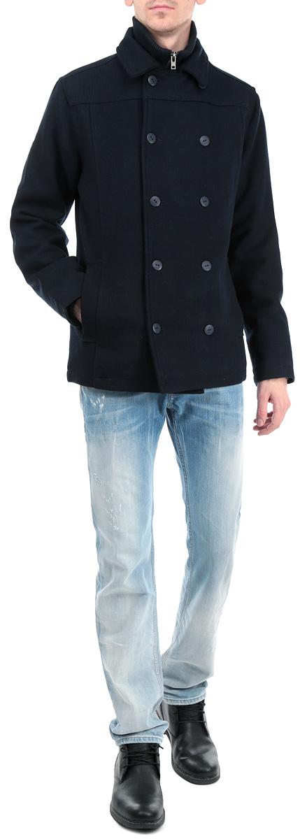 Пальто мужское. 6129702 19916129702 1991 INSIGNIA BСтильное укороченное мужское пальто Solid, выполненное из высококачественного плотного фактурного материала, рассчитано на прохладную погоду. Модель с отложным воротником и длинными рукавами застегивается на металлическую застежку-молнию и двухсторонний ветрозащитный клапан на пуговицах. Модель дополнена вторым трикотажным воротником-стойкой, обеспечивая дополнительную защиту от ветра и холода. По бокам имеются два прорезных кармана. Предусмотрены внутренние врезные карманы на молниях. Рукава дополнены широкими внутренними манжетами, которые не заметны при носке, и пришивными накладками на локтях в тон пальто. В этом пальто вам будет уютно и комфортно. В такой модели вы будете выглядеть модно и привлечете внимание окружающих к своей персоне.