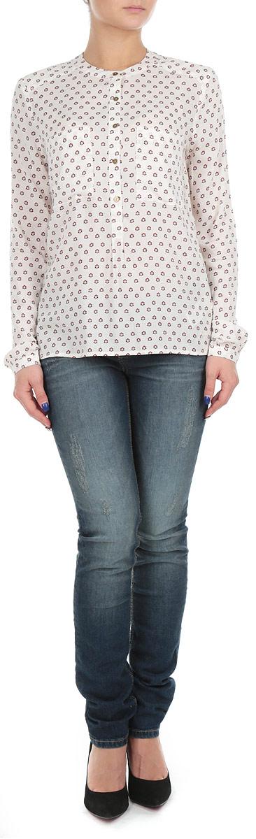 2030937.62.71_8005Стильная женская рубашка Tom Tailor Denim выполнена из вискозы и оформлена оригинальным принтом. Модель с круглым вырезом горловины и длинными рукавами на груди дополнена двумя накладными карманами. Спереди изделие застегивается на пуговицы до середины длины. Манжеты также застегиваются на пуговицы. Спинка модели удлиненная. Оригинальный дизайн этой рубашки не позволит вам остаться незамеченной!