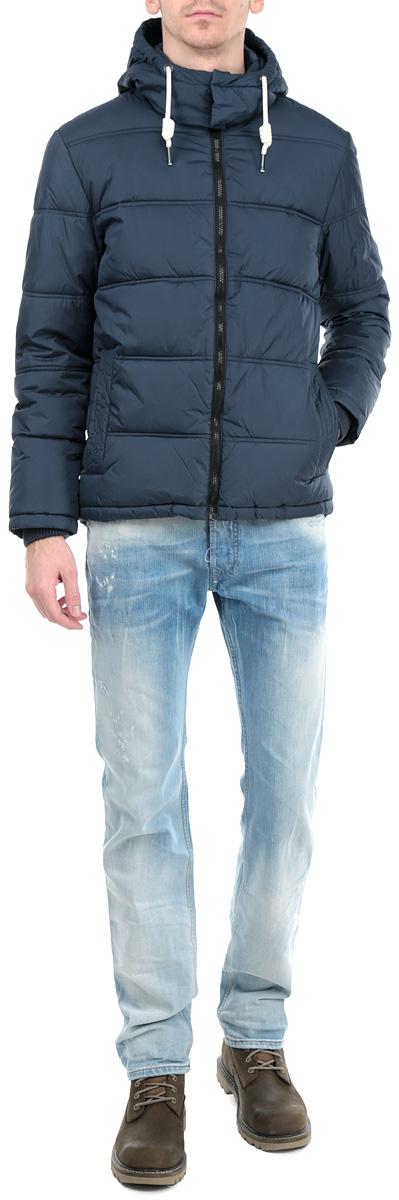 Куртка мужская. 3522251.00.123522251.00.12_2999Стильная мужская куртка с капюшоном Tom Tailor Denim отлично подойдет для холодной погоды. Модель выполнена из высококачественного материала и застегивается на застежку-молнию с защитой подбородка. Не отстегивающийся капюшон оснащен оригинальной кулиской и металлическими кнопками. Наполнитель - холлофайбер. Спереди куртка дополнена двумя втачными карманами, закрывающимися на кнопки. Предусмотрен внутренний врезной карман на кнопке. Манжеты рукавов оснащены широкими эластичными манжетами. Эта модная и в то же время комфортная куртка - отличный вариант для уверенного в себе мужчины!
