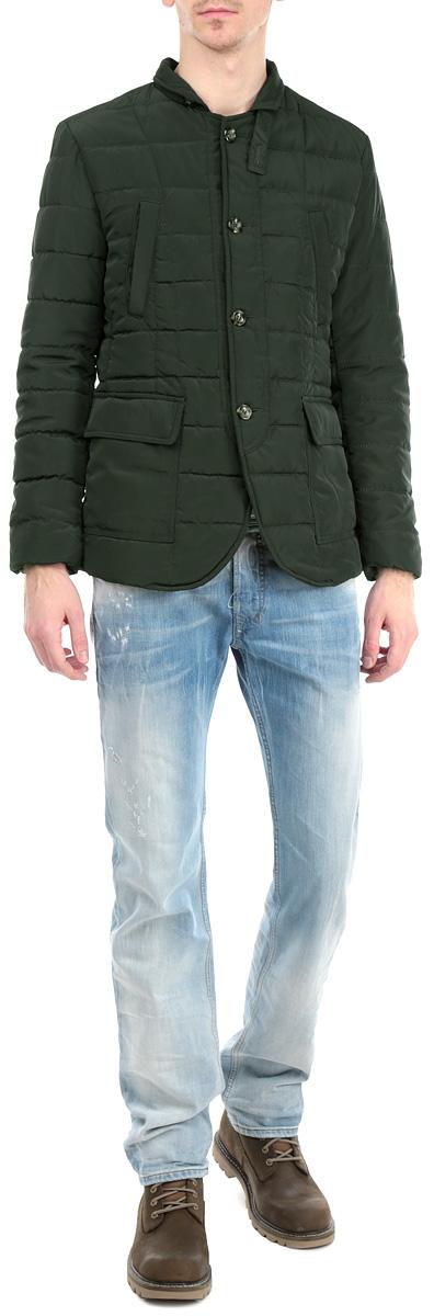 Куртка мужская. 15410 918615410 9186 N599Утепленная мужская куртка WPM выполнена из высококачественного плотного материала и рассчитана на холодную погоду. Она поможет вам почувствовать себя максимально комфортно. Модель застегивается на пуговицы. Воротник- стойка фиксируется хлястиком на пуговицу. На манжетах также имеются пуговицы. Куртка дополнена двумя накладными карманами с клапанами на кнопках, двумя прорезными карманами на металлических кнопках и двумя внутренними карманами на застежках-молниях. Низ изделия дополнен небольшими разрезами, фиксирующимися на кнопки. Эта модная куртка послужит отличным дополнением к вашему гардеробу. В комплект входит вешалка.
