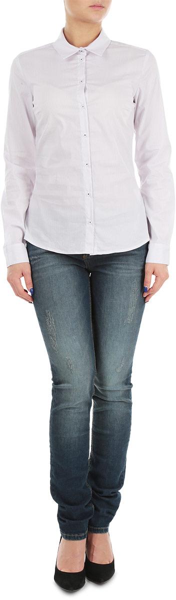 РубашкаB175702Великолепная женская рубашка Baon, выполненная из высококачественного материала, очень комфортна при носке. Материал отлично тянется, что обеспечивает идеальную посадку по фигуре. Модель приталенного кроя с полукруглым низом, длинными рукавами и отложным воротничком застегивается на пуговицы. Манжеты рукавов также застегиваются на пуговицы. Рубашка оформлена принтом в тонкую полоску. Отлично сидящая по фигуре рубашка - идеальная основа для создания делового образа.