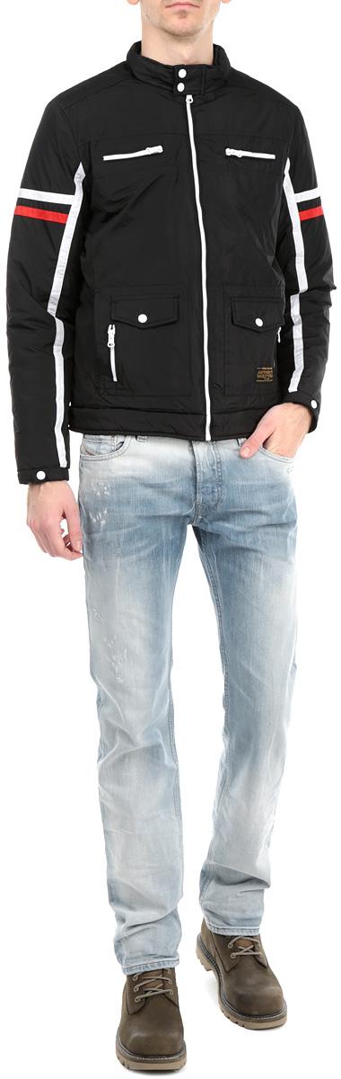Куртка мужская. H3 DF062H3 DF062 BlackСтильная мужская куртка Fresh Brand, выполненная из высококачественных материалов, обеспечит максимальный комфорт при различных погодных условиях. Утеплитель - синтепон. Изделие с воротником стойкой и длинными рукавами застегивается на застежку-молнию. Воротник застегивается на кнопки. Спереди - четыре прорезных кармана на застежке-молнии, два боковых кармана и декоративные хлястики на кнопках. На внутренней стороне модель дополнена одним врезным карманом. Манжеты с кнопками. Модель оформлена нашивками в контрастных цветах. Эта стильная куртка послужит отличным дополнением к вашему гардеробу!