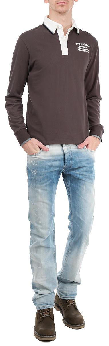 Футболка-поло мужская с длинным рукавом WPM. 10386 715310386 7153 B148Модная и комфортная мужская футболка-поло WPM с длинным рукавом изготовлена из натурального хлопка. Она необычайно мягкая и приятная на ощупь, не сковывает движения и позволяет коже дышать, не раздражает даже самую нежную и чувствительную кожу. Модель классического кроя дополнена отложным воротником-поло и небольшой застежкой на три пуговицы. Снизу по бокам расположены разрезы. На груди футболка декорирована вышивкой в виде надписей. На рукавах имеются широкие трикотажные манжеты в сложном исполнении, не стягивающие запястья. Воротник выполнен в контрастном цвете. Зона локтей оформлена также контрастными накладками. Эта модель создана для тех, кто предпочитает комфорт, свободу в движении и практичность.
