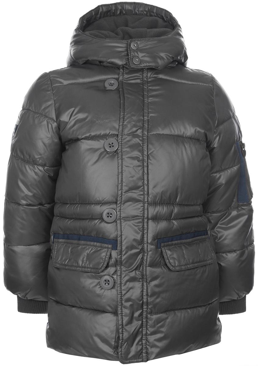 Куртка для мальчика. 90870669087066Теплая куртка для мальчика Chicco идеально подойдет для ребенка в прохладное время года. Модель изготовлена из водо- и ветрозащитной ткани с утеплителем из синтепона, а на подкладке используется мягкий флис, который хорошо сохраняет тепло. Куртка с капюшоном и небольшим воротником-стойкой застегивается на пластиковую застежку-молнию с защитой подбородка и дополнительно имеет внутреннюю и внешнюю ветрозащитные планки. Верхняя планка застегивается на пуговицы. Капюшон пристегивается к куртке при помощи застежки-молнии и застегивается под подбородком клапаном на кнопки. Спереди модель дополнена двумя прорезными карманами с клапанами на кнопках. Также на рукаве предусмотрены два кармашка, один из которых накладной, а другой - прорезной на застежке-молнии. Рукава понизу дополнены внутренними широкими трикотажными манжетами, которые мягко обхватывают запястья. Комфортная, удобная и практичная куртка идеально подойдет для прогулок и игр на свежем воздухе!